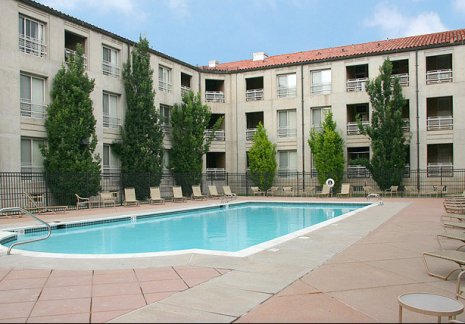 Apartmentsfor rent in Denver CO | Pool Side