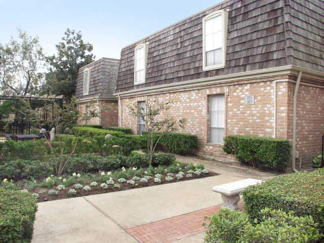 Tanglebrook Apartments for Rent in Houston, TX | Outdoor Garden