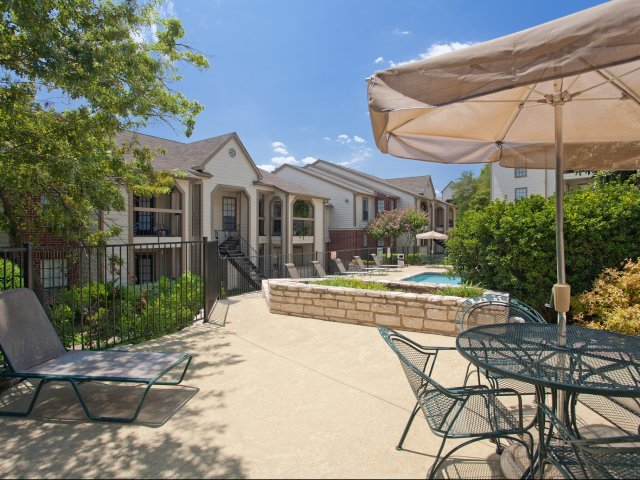 Arbors of Wells Branch Apartments for Rent in Austin, TX | Pool Side Dining Area