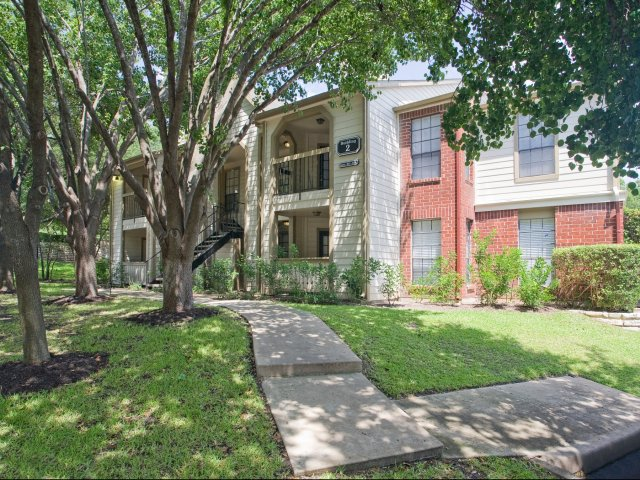 Arbors of Wells Branch Apartments for Rent in Austin, TX | Apartment Courtyard