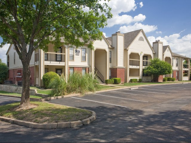 Arbors of Wells Branch Apartments for Rent in Austin, TX | Exterior with Parking