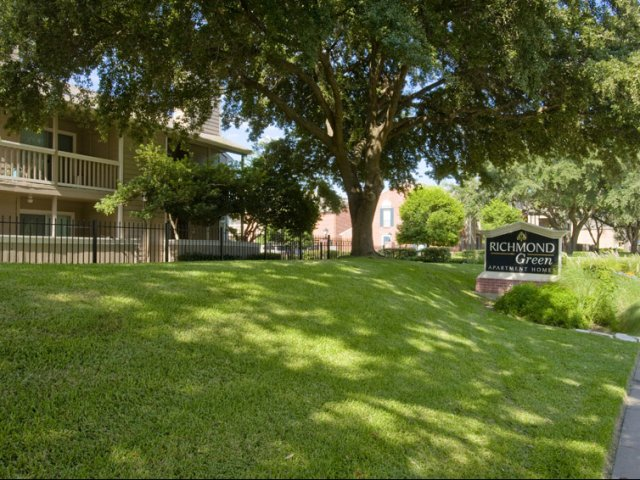 Richmond Green | Apartments for Rent in Houston, TX | Sign and Apartment Grounds