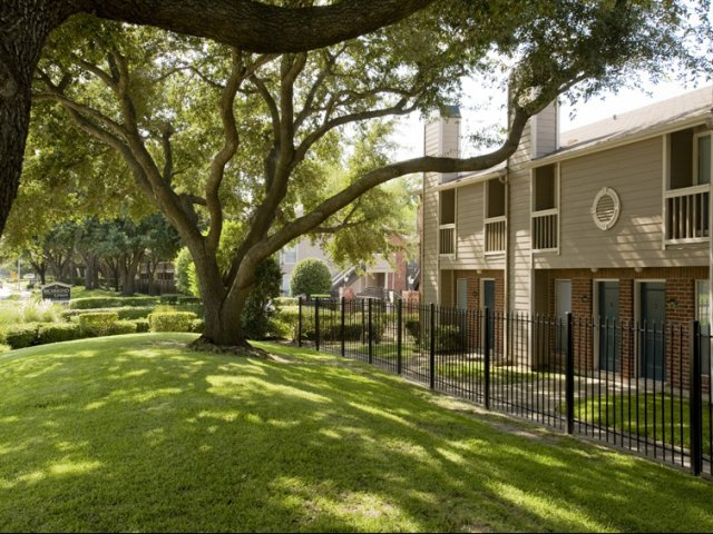 Richmond Green | Apartments for Rent in Houston, TX | Landscaped Apartment Grounds