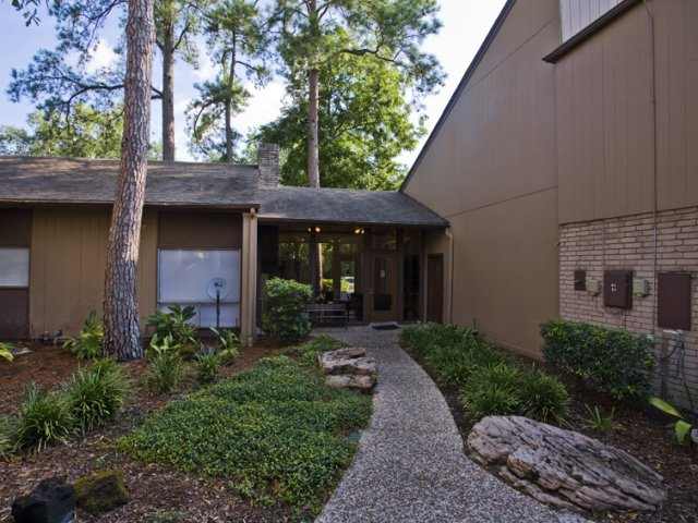 Trailwood Village Apartments for Rent in Kingwood, TX | Landscaped Grounds