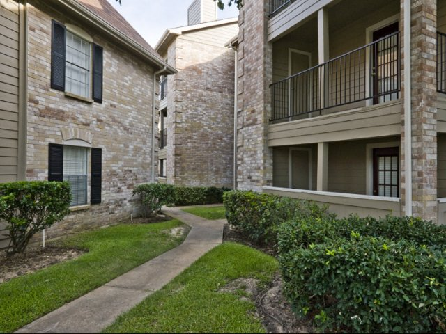 Cimarron Parkway | Apartments in Katy, Texas | Exterior Walkways