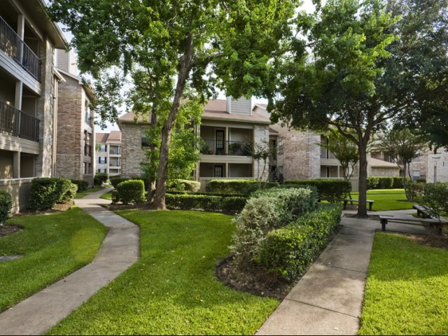 Cimarron Parkway | Apartments For Rent in Katy, TX | Professionally Landscaped Grounds