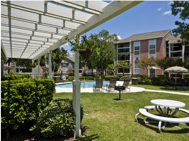 Brandon Oaks | Apartment Rentals in Cypress, TX | Courtyard and BBQ Grilling Area