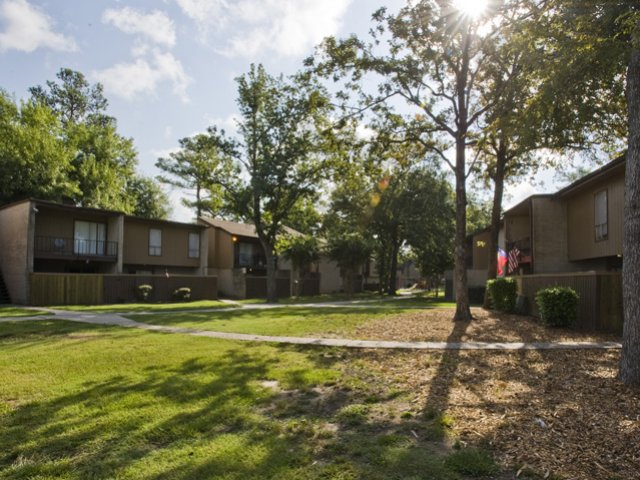 Trailwood Village Apartments for Rent in Kingwood, TX | Courtyard