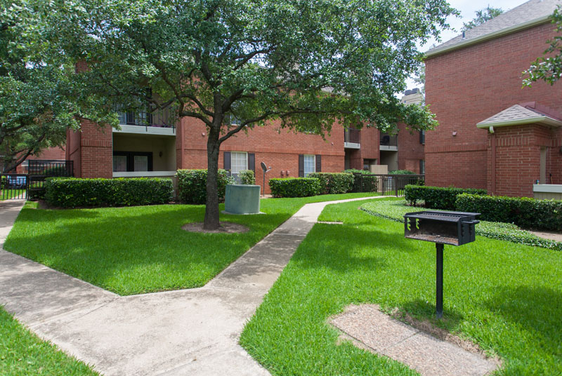 Summers Landing Apartments for Rent in Fort Worth, TX | Courtyard with Grilling Station