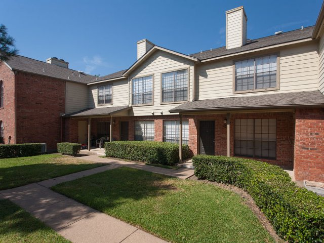 Summers Crossing Apartments for Rent in Plano, TX | Landscaped Grounds