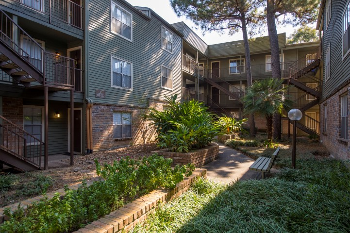The Gardens Apartments for Rent in Houston, TX | Apartment Courtyard