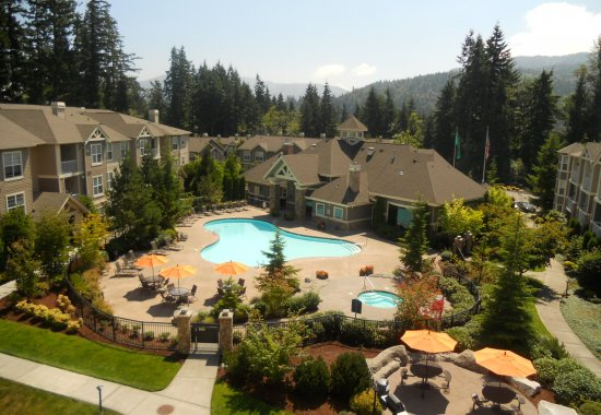 Pool and hot tub at Estates at Cougar Mountain Apartments in Issaquah WA
