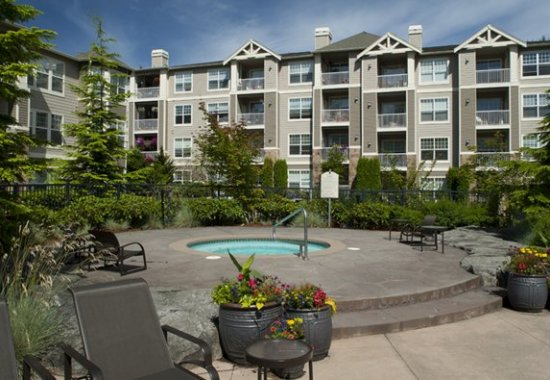 Outdoor jacuzzi at Estates at Cougar Mountain Apartments in Issaquah WA