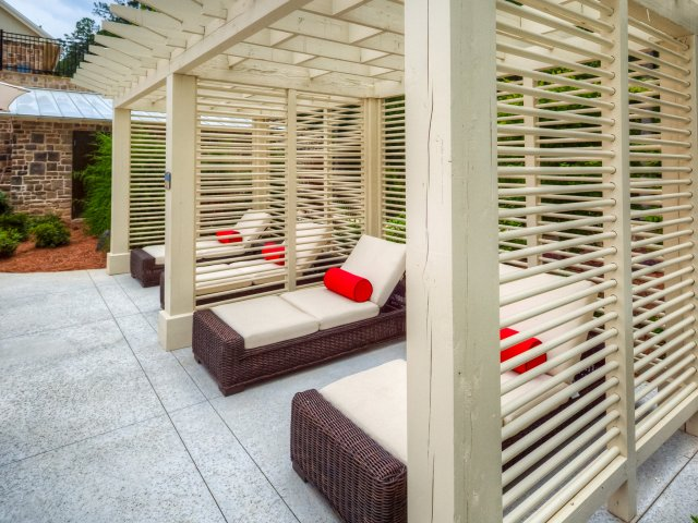Swallowtail Flats at Old Town: Outdoor Lounge Chairs, Pergola