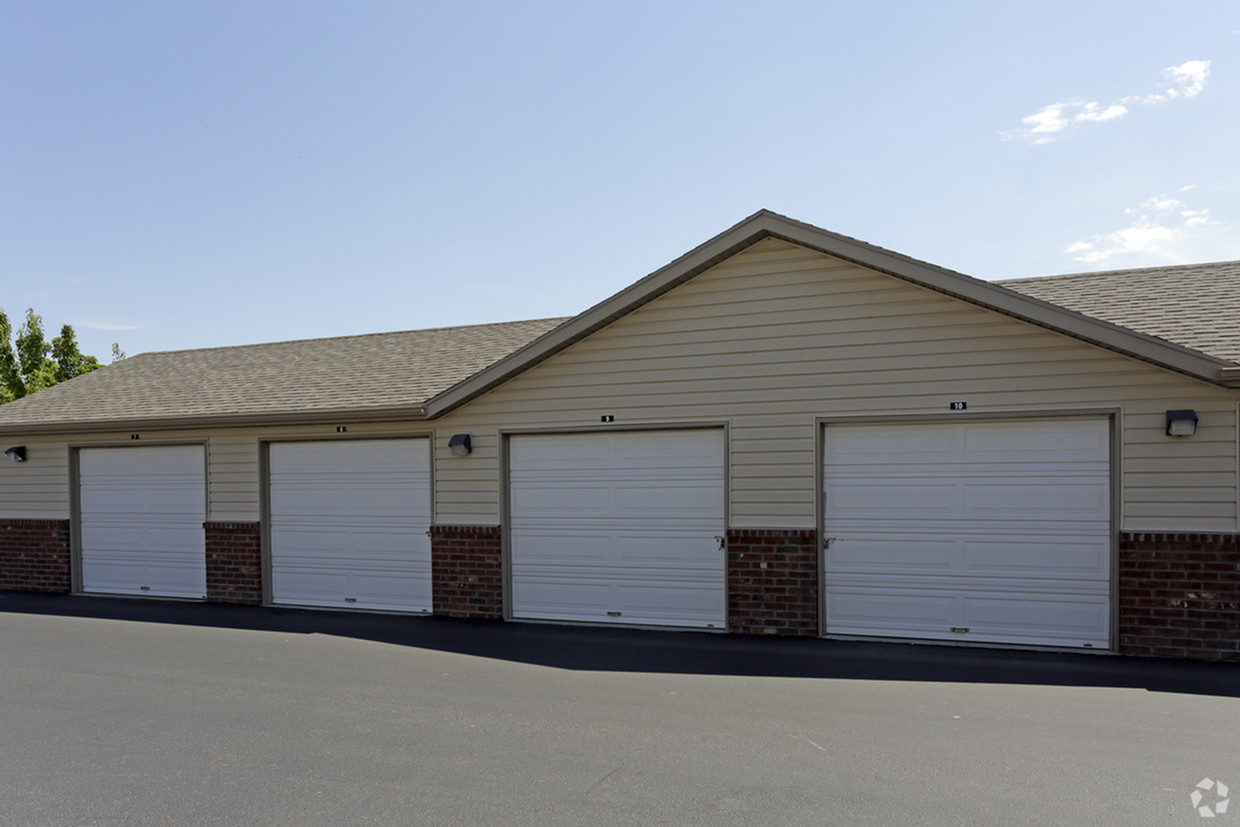 Image of Spacious Garages & Storage Units for Rivercrest
