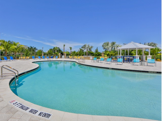 Huge pool at Bayview FIU student apartments