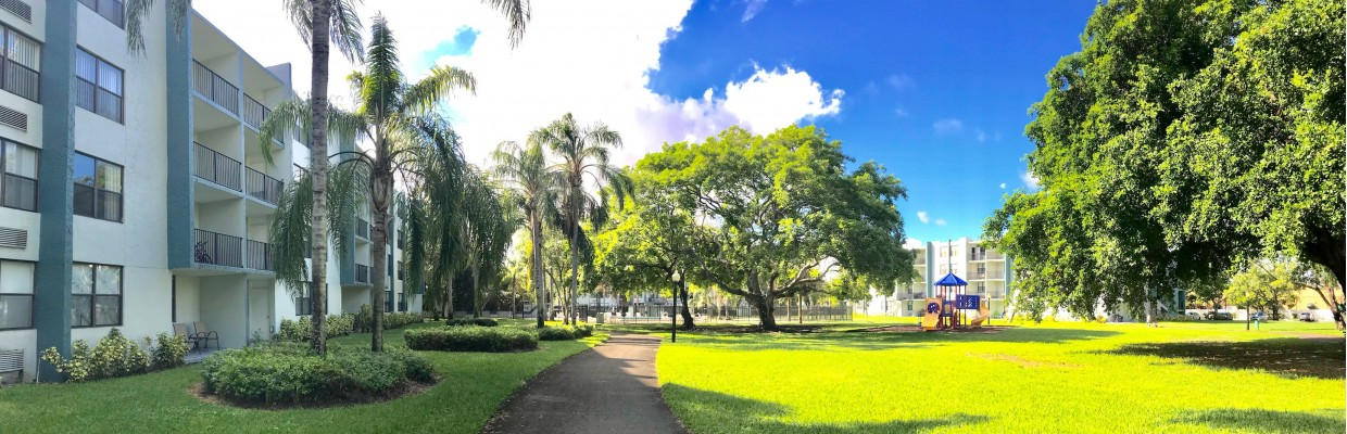 Beautifully Landscaped Grounds | Apartment For Rent Hollywood FL | Emerald Place