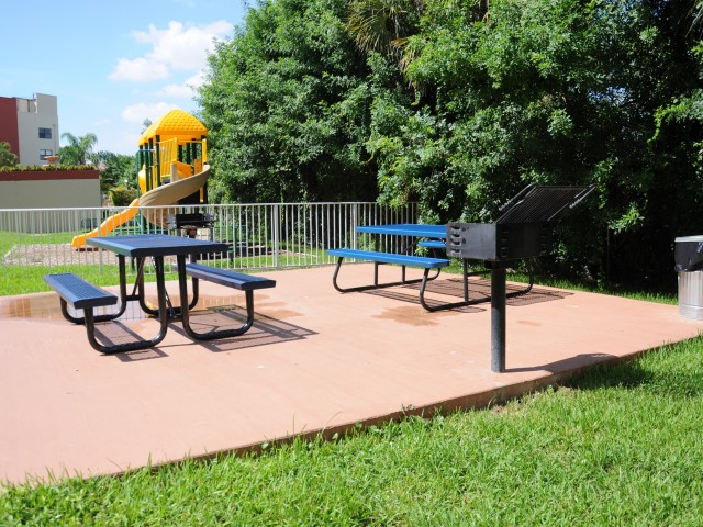 Image of BBQ & Picnic Area for Royalton On The Green Apartments