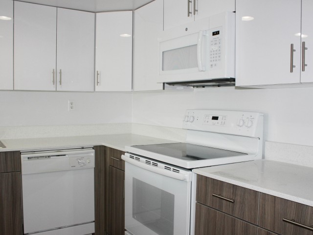 Image of Quartz Countertops & Two Toned Cabinetry* for Royalton On The Green Apartments