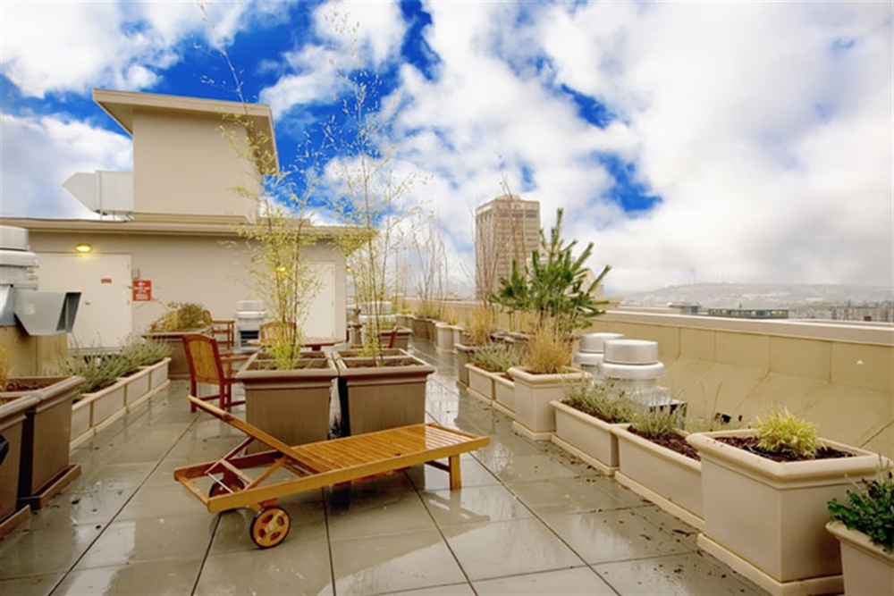 Lothlorien Apartments Lifestyle - Rooftop Terrace With BBQ Grills