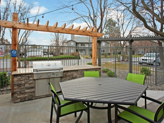 Image of BBQ/Picnic Area for Crosspointe Apartments
