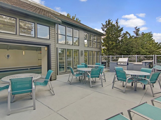 Image of Sundeck and Outdoor Lounging Area for One Jefferson Apartments