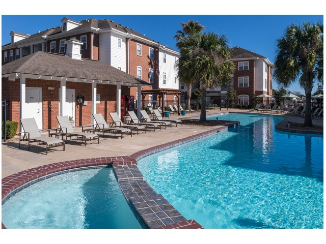 Sparkling Pool | The Quarters | Student Housing In Lafayette LA
