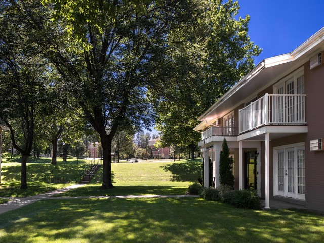 Beautifully Landscaped Grounds | University Oaks | Student Apartments Kent Ohio