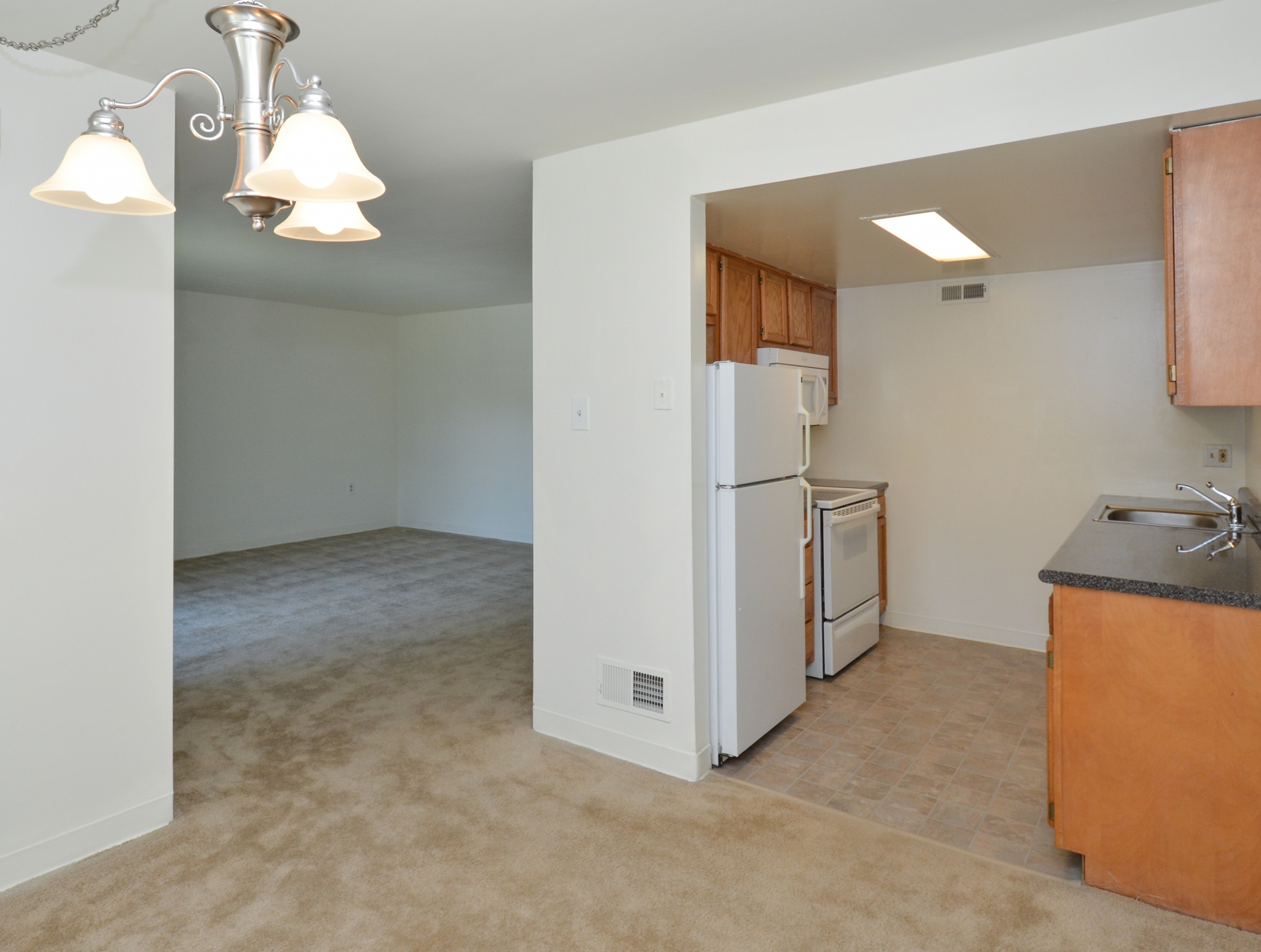 Princeton Orchards Sample Dining Room and Kitchen | Apartments for Rent in South Brunswick, NJ