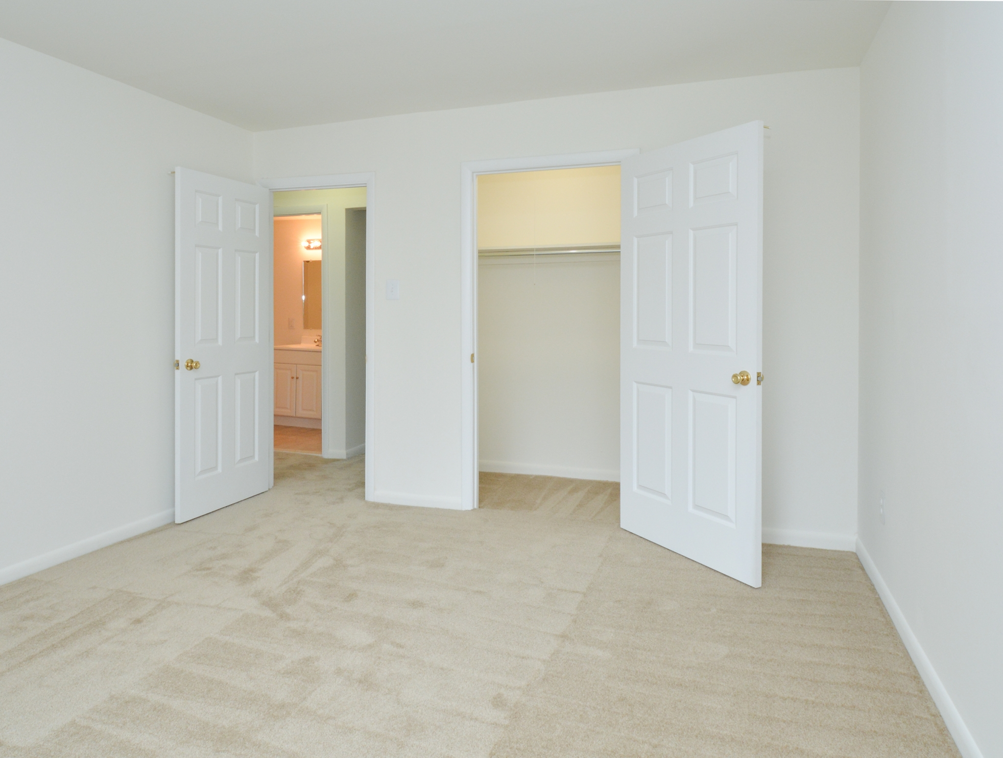 Mill Creek Village Sample Bedroom with Closet | Langhorne, PA Apartments