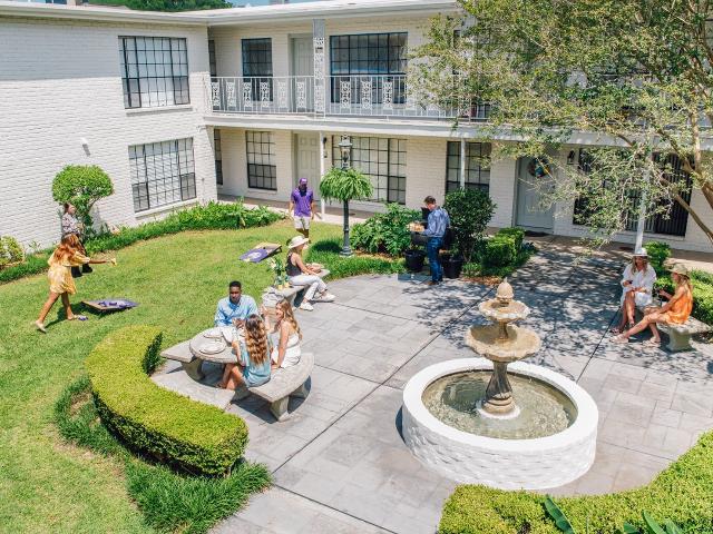 Courtyard | Baton Rouge Apartments | Chateaux Dijon