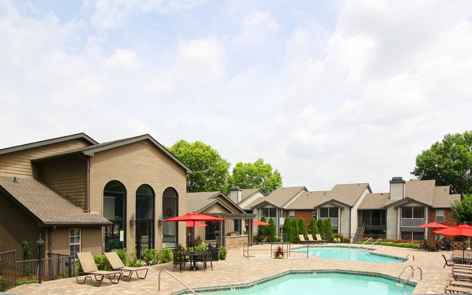 Swimming pool at Viera Cool Springs apartments | Franklin TN