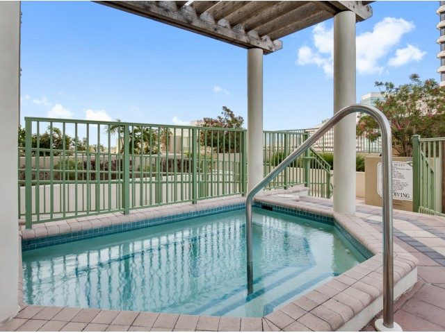 Jacksonville-high-rise-apartments-hot-tub