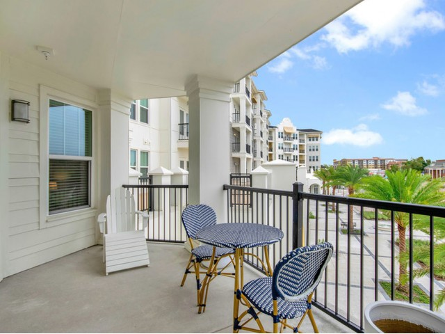 400 north apartments Maitland Florida large outdoor patio with railing
