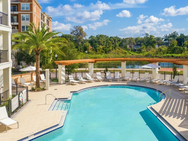 400 north apartments Maitland Florida outdoor swimming pool with lounge chairs which sits lakeside