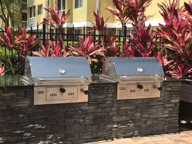 Outdoor grilling station with two grilles