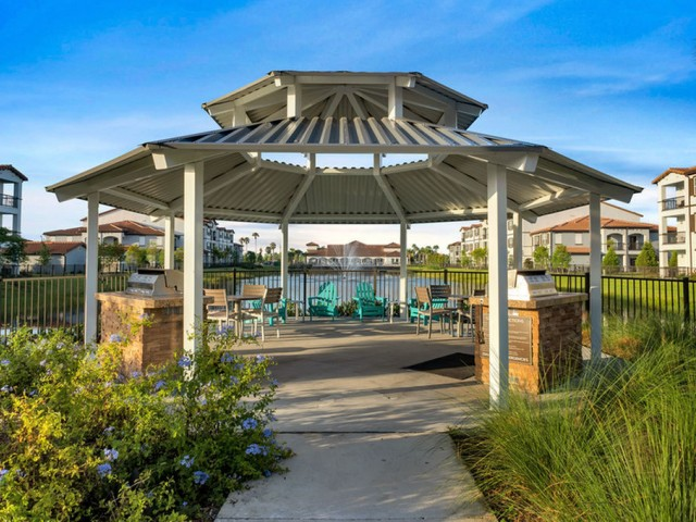 Venetian Apartments Ft. Myers outdoor lakeside gazebo with grills and seating