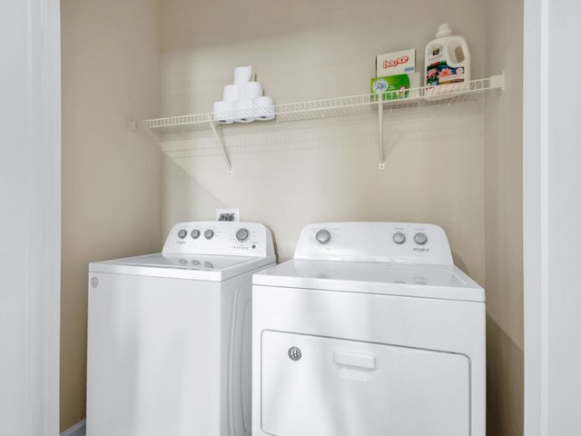 400 north apartments Maitland Florida full size washer and dryer in closet