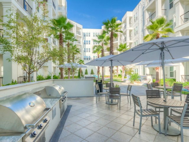 400 north apartments Maitland Florida courtyard grilling and seating area