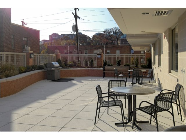Image of Private Courtyard with BBQ Area for Parc Rosslyn Apartments