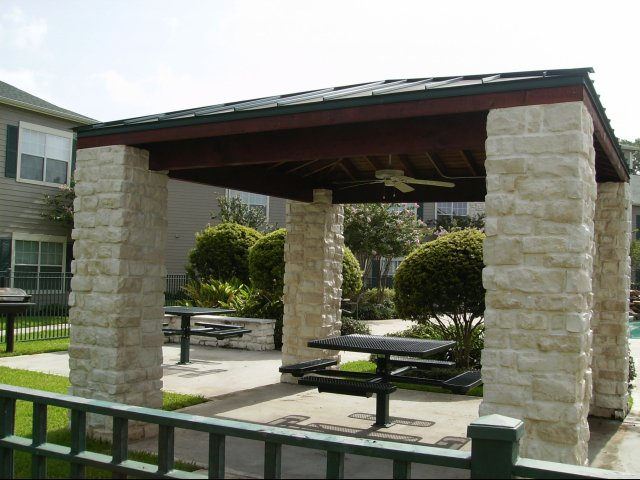Image of Picnic areas with tables for Oak Grove