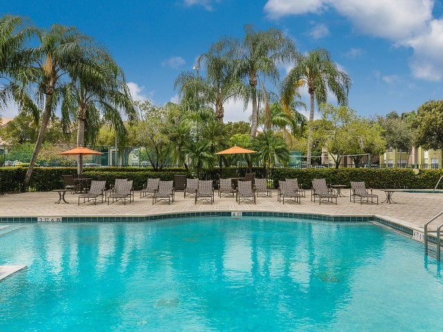 Royal St George apartments with lounge chairs | Apartments in West Palm Beach