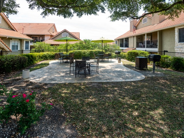 Outdoor grill | Picnic Area | Madison at Scofield Farms Austin apartments