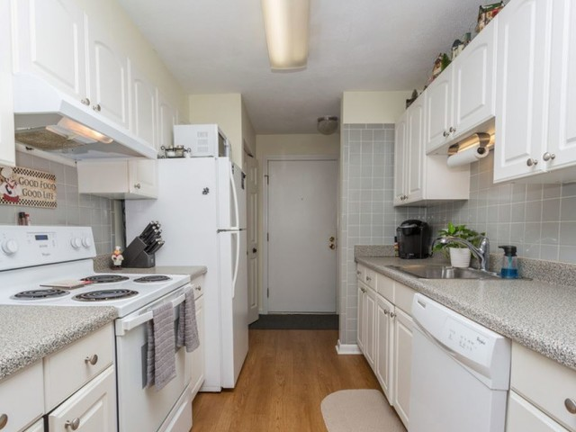 Apartment Kitchen With White Cabinets Liances And Hardwood Floors Tatnuck Arms In Worcester