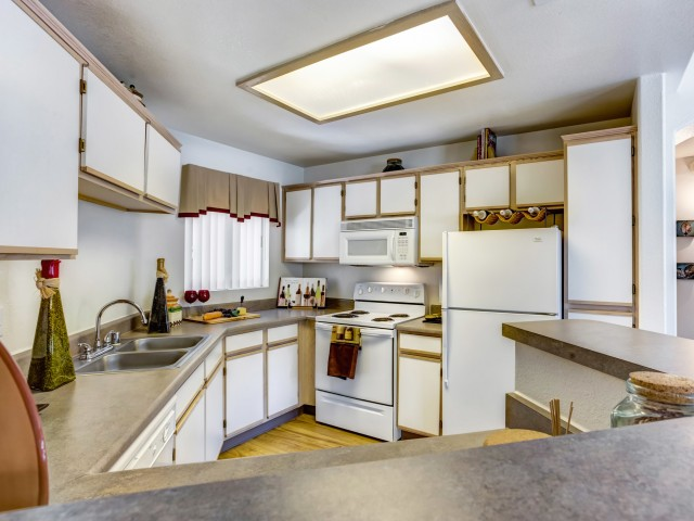 Kitchen with electric appliances | Links at High Resort apartment community